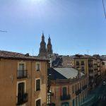 Al asomarse a la ventana se disfruta de unas vistas fantásticas a los tejados del casco antiguo con la Concatedral de La Redonda dibujando el skyline de la ciudad de Logroño
